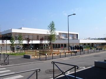 Réhabilitation d'une école maternelle (9 classes) et extension d'une école élémentaire du groupe scolaire Henri Wallon, et 4 commerces